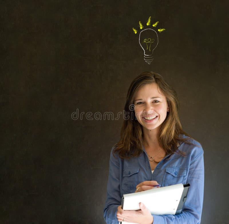 Mujer de negocios de pensamiento de la bombilla brillante de la idea fotos de archivo