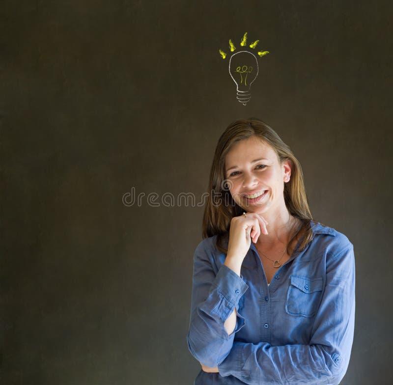 Mujer de negocios de pensamiento de la bombilla brillante de la idea fotografía de archivo libre de regalías