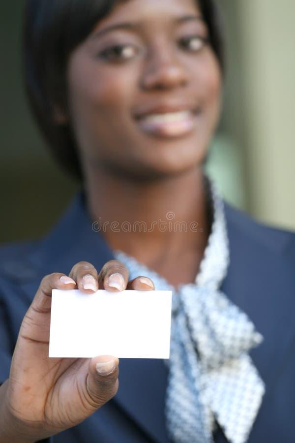 Mujer de negocios del afroamericano con la tarjeta de visita imagen de archivo libre de regalías