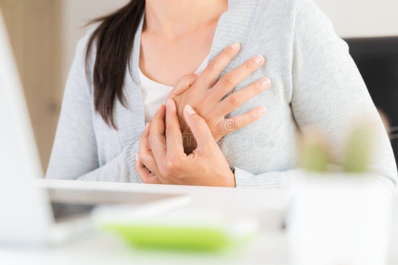 Mujer de negocios del primer que tiene ataque del corazón foto de archivo libre de regalías