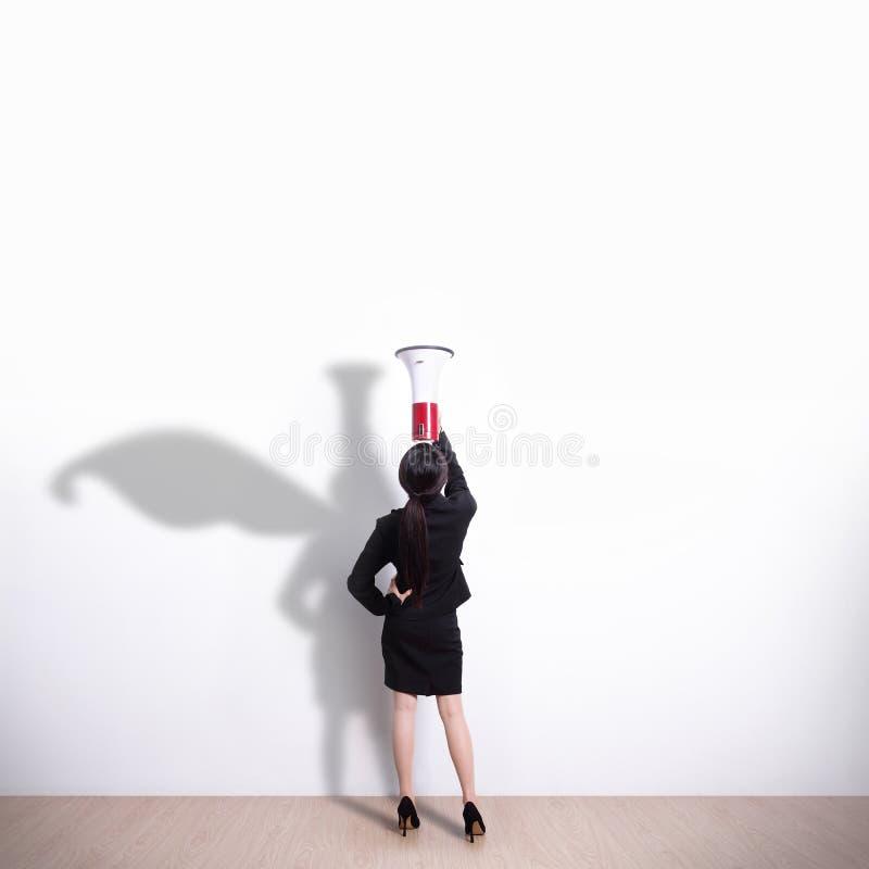 Mujer de negocios del super héroe que grita foto de archivo