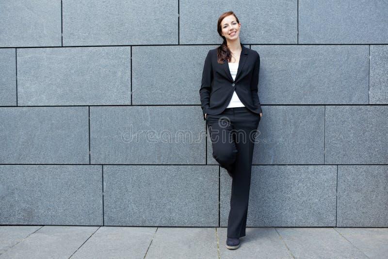 Mujer de negocios elegante que se inclina encendido fotografía de archivo libre de regalías