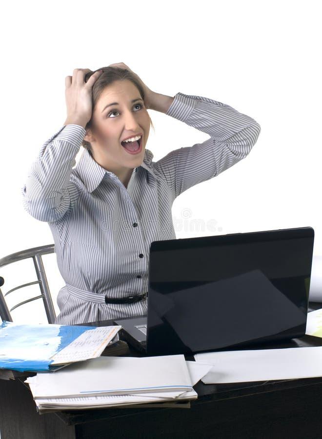 Mujer de negocios emocionada en la oficina con la computadora portátil fotos de archivo libres de regalías