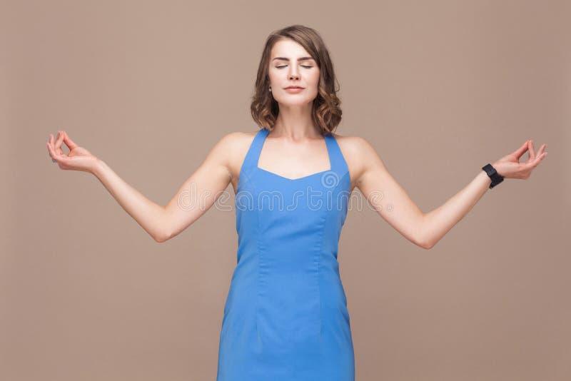 Mujer de negocios en armonía Señora bien vestida que hace asana de la yoga foto de archivo libre de regalías