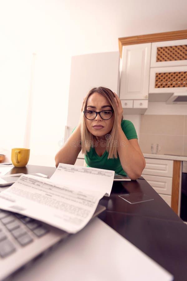 Mujer de negocios en casa que trabaja - presupuesto y finanzas del planeamiento fotografía de archivo libre de regalías