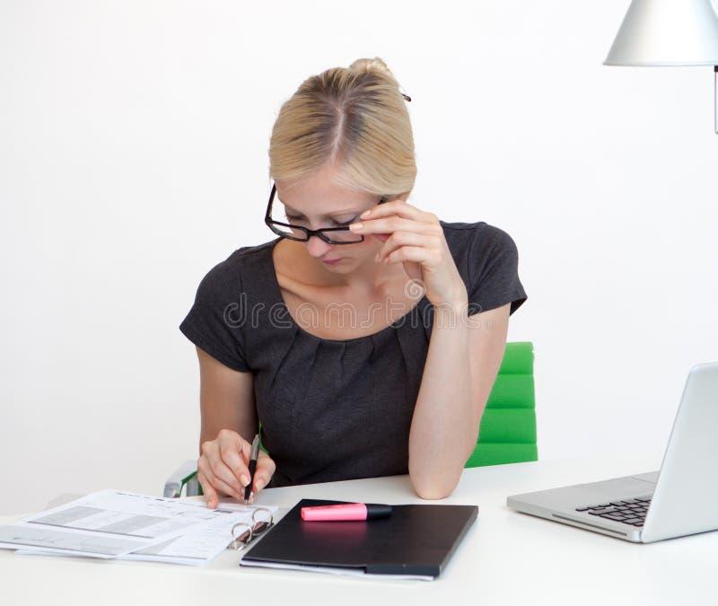 Mujer de negocios en el escritorio del trabajo imagenes de archivo