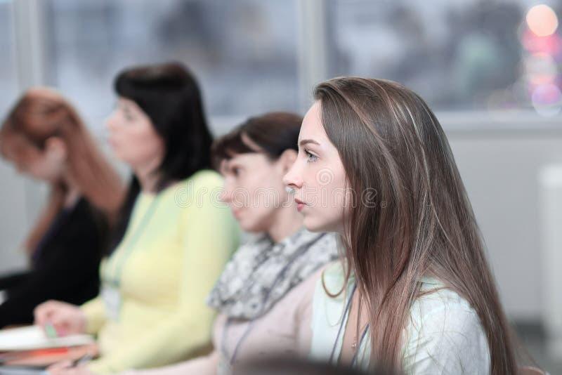 Mujer de negocios en el fondo de colegas en la sala de conferencias imágenes de archivo libres de regalías