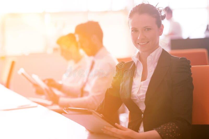 Mujer de negocios en el grupo de la gente de la oficina en la reunión en fondo fotografía de archivo libre de regalías