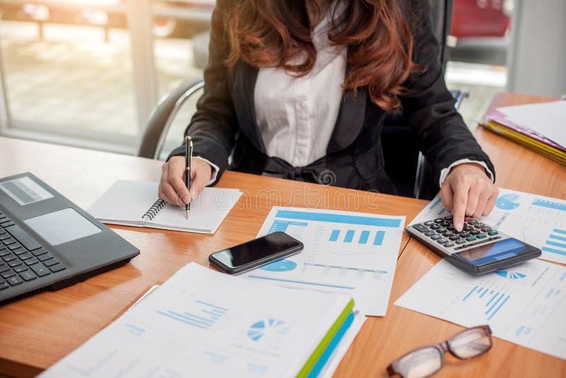 Mujer de negocios en el trabajo con financiero fotografía de archivo