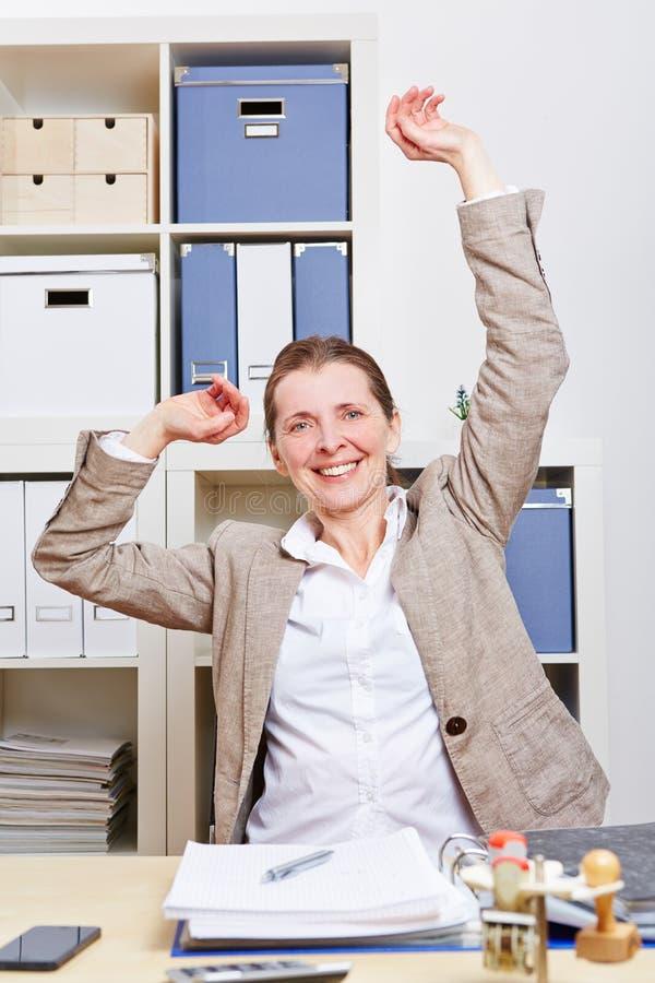 Mujer de negocios en estirar de la oficina fotografía de archivo libre de regalías