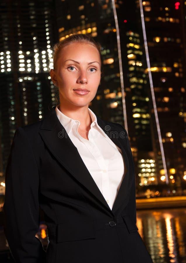 Mujer de negocios en la ciudad grande en la noche fotografía de archivo libre de regalías