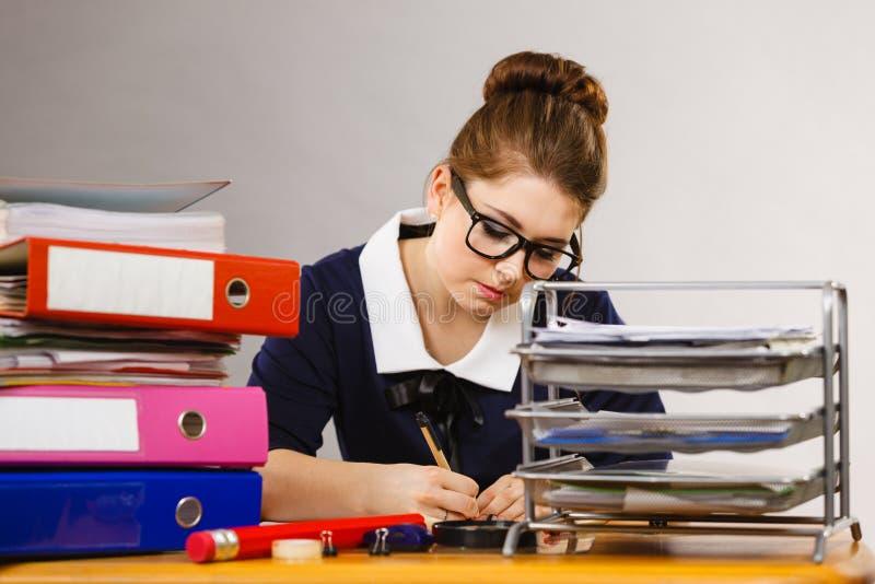 Download Mujer De Negocios En La Escritura De La Oficina Algo Abajo Imagen de archivo - Imagen de empleado, documento: 100526111