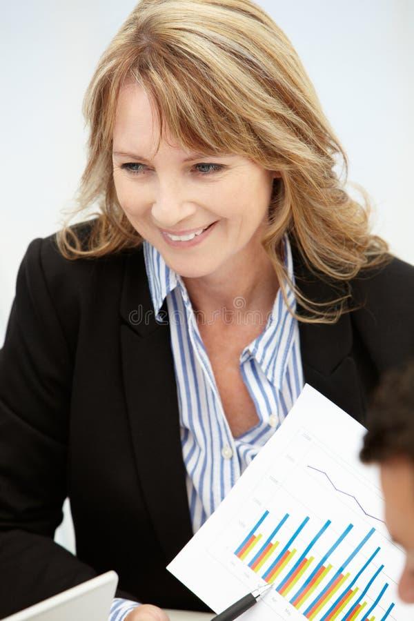 Mujer de negocios en la reunión imagenes de archivo