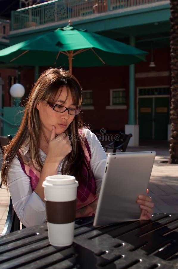 Mujer de negocios en la tablilla fotos de archivo libres de regalías