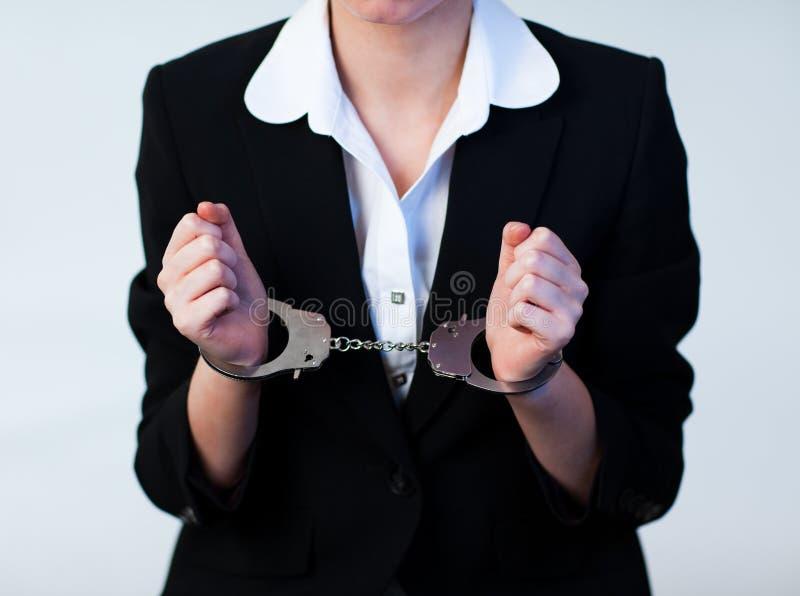 Mujer de negocios en manillas fotografía de archivo