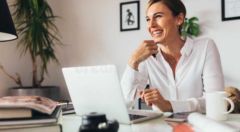 Mujer de negocios en oficina imagen de archivo