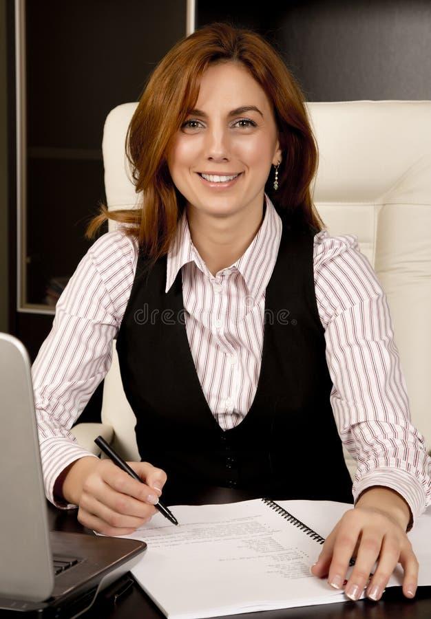 Mujer de negocios en su escritorio fotos de archivo libres de regalías