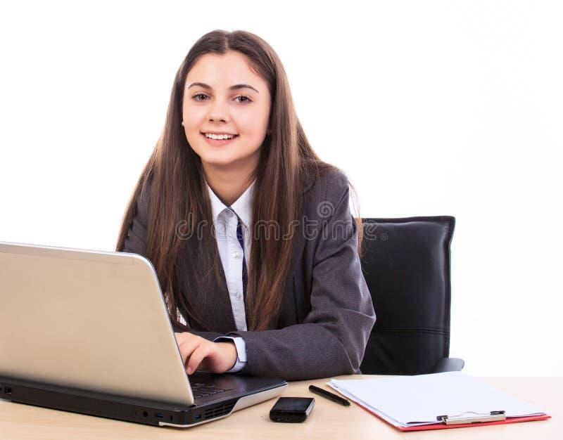 Mujer de negocios en su escritorio foto de archivo