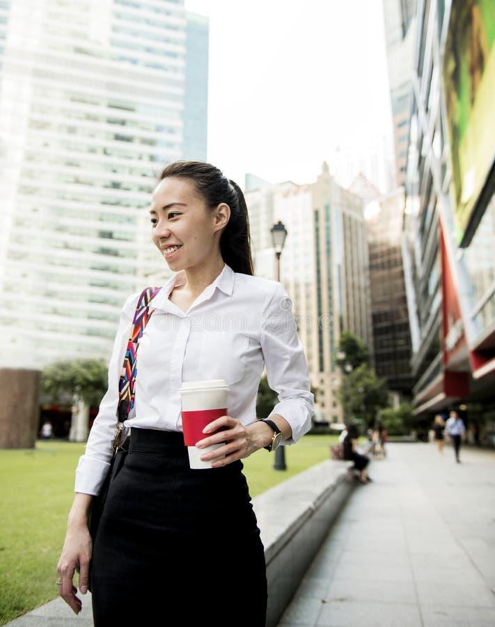 Mujer de negocios en una ciudad fotografía de archivo