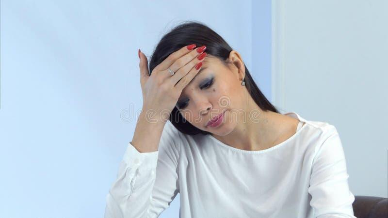 Mujer de negocios enferma que estornuda y que sopla su nariz mientras que firma los papeles en un café fotografía de archivo