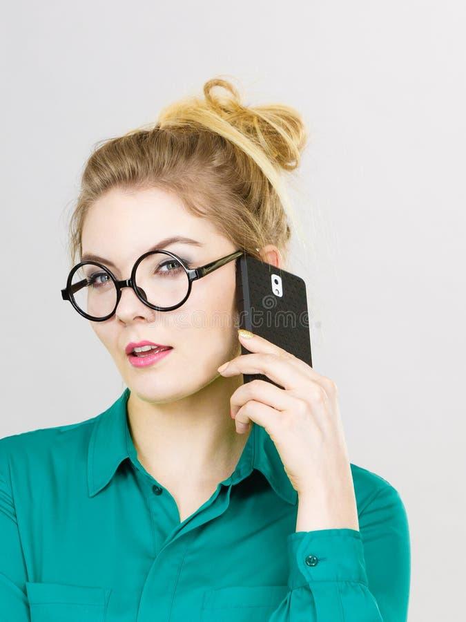 Mujer de negocios enfocada que habla en el teléfono fotos de archivo libres de regalías