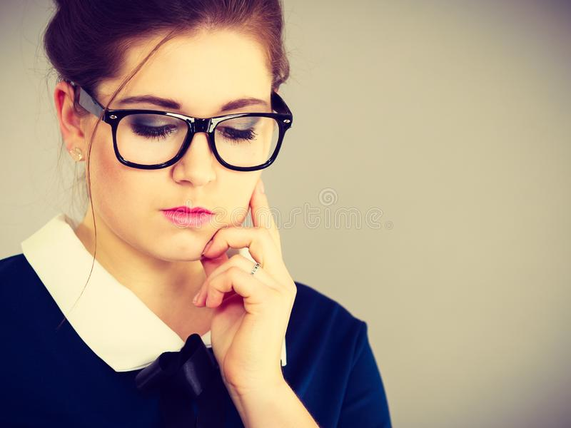 Mujer de negocios enfocada que mira abajo del pensamiento foto de archivo libre de regalías