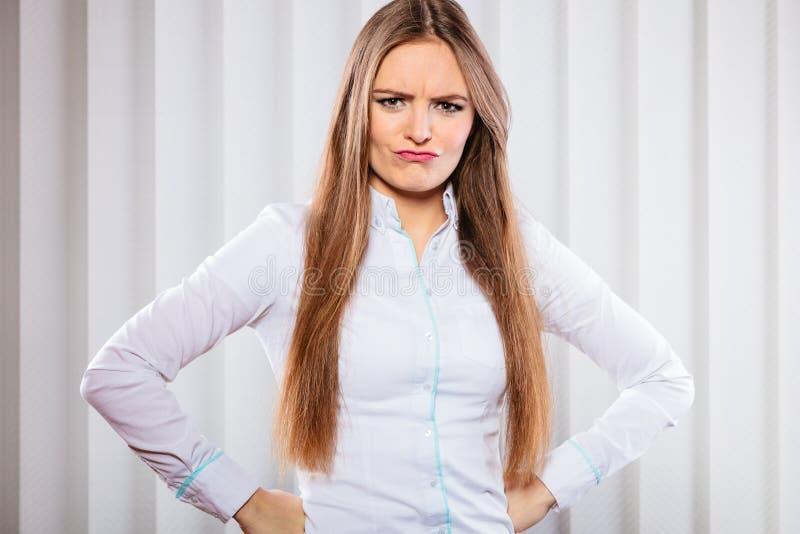Mujer de negocios enojada e irritada en oficina fotografía de archivo libre de regalías