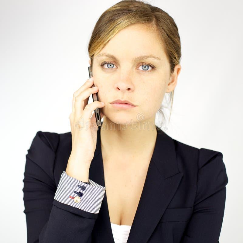 Mujer de negocios enojada en el teléfono imagen de archivo libre de regalías