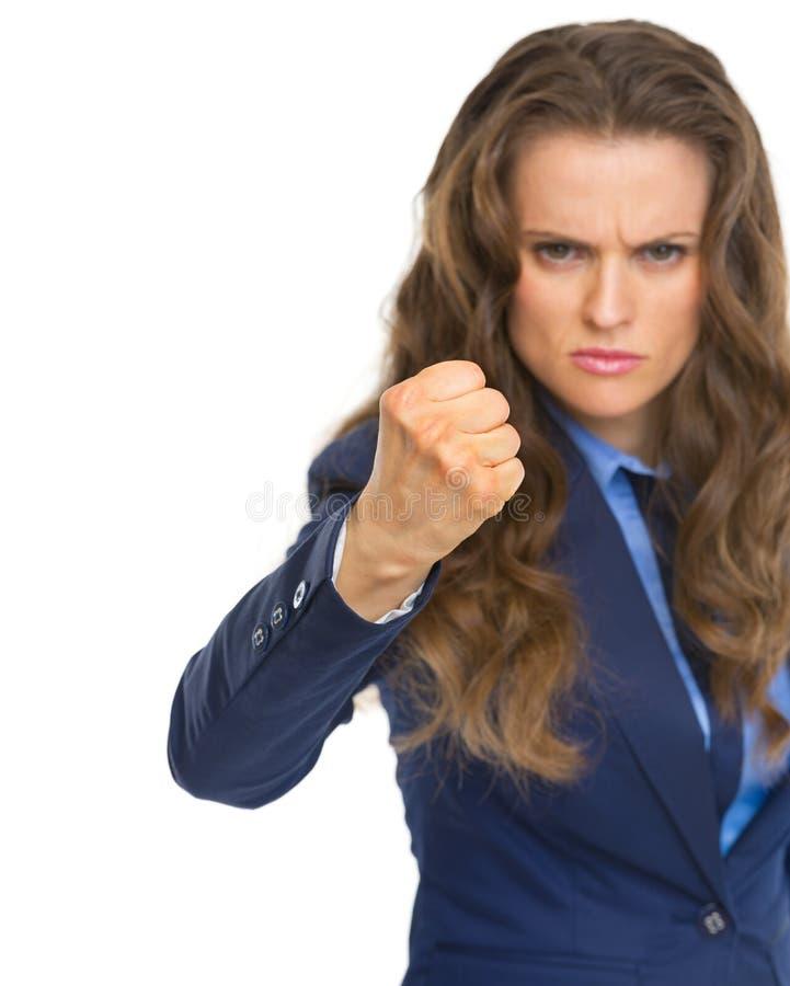 Mujer de negocios enojada que amenaza con el puño fotografía de archivo libre de regalías