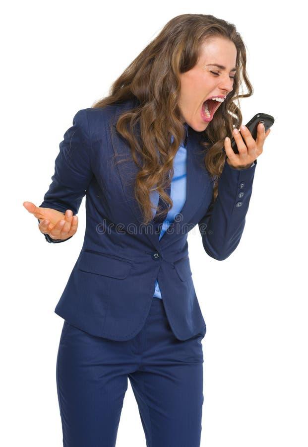 Mujer de negocios enojada que grita en teléfono celular imagen de archivo libre de regalías