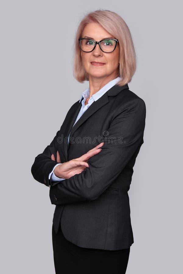 Mujer de negocios envejecida media hermosa imágenes de archivo libres de regalías