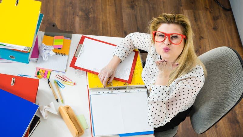 Mujer de negocios feliz en beso del soplo de la oficina imagen de archivo libre de regalías