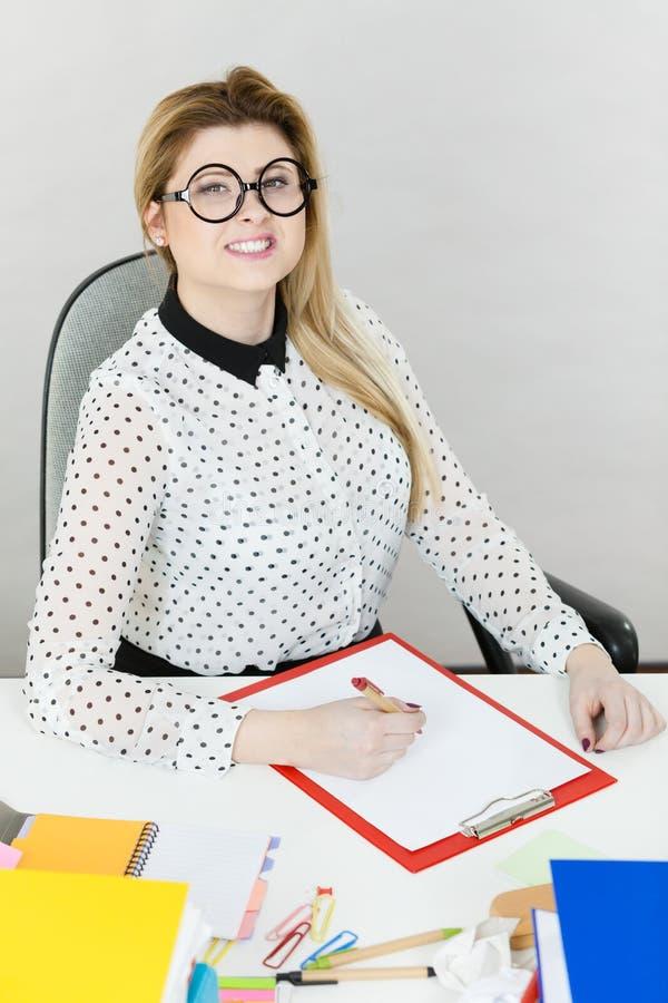 Mujer de negocios feliz en oficina fotos de archivo