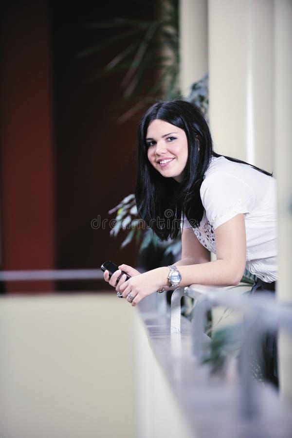 Mujer de negocios feliz joven que habla por el teléfono celular fotos de archivo