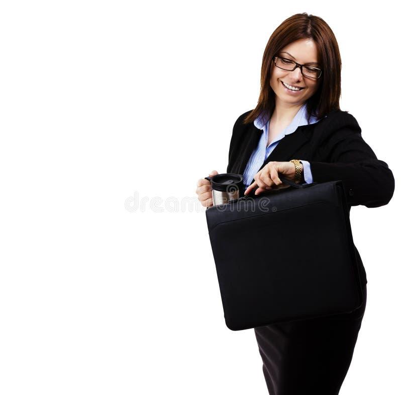 Mujer de negocios feliz que mira su reloj fotos de archivo libres de regalías