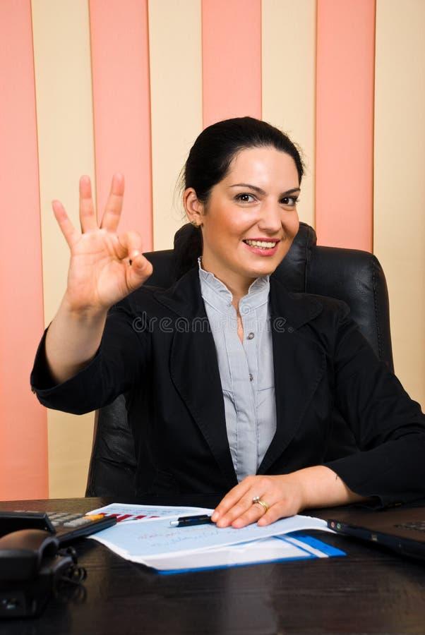 Download Mujer De Negocios Feliz Que Muestra La Mano Aceptable De La Muestra Foto de archivo - Imagen: 14861200