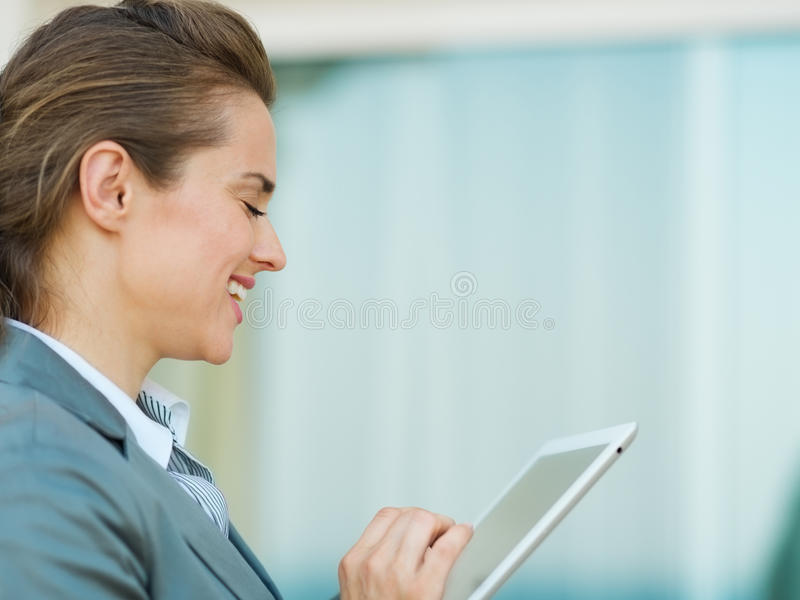 Mujer de negocios feliz que usa en PC de la tablilla imagen de archivo libre de regalías