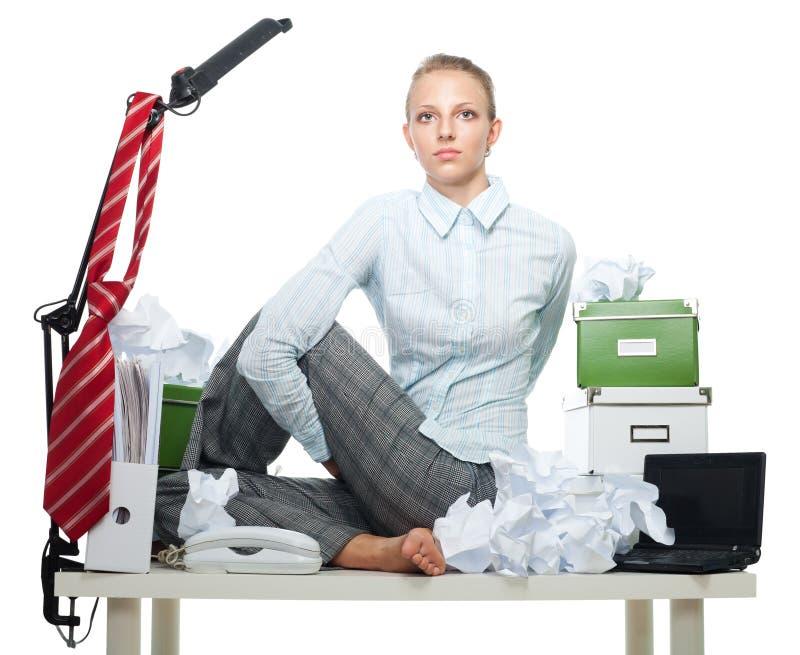Mujer de negocios flexible en oficina imagen de archivo