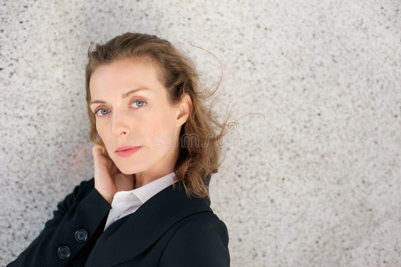 Mujer de negocios hermosa con la expresión seria en cara imágenes de archivo libres de regalías