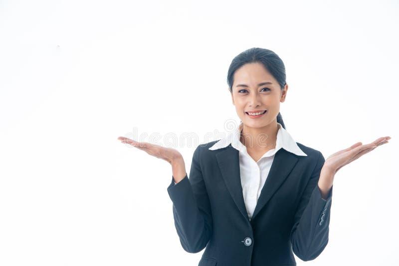 Mujer de negocios hermosa, elegante y joven asiática feliz y confianza en acertado en fondo blanco aislado fotos de archivo libres de regalías