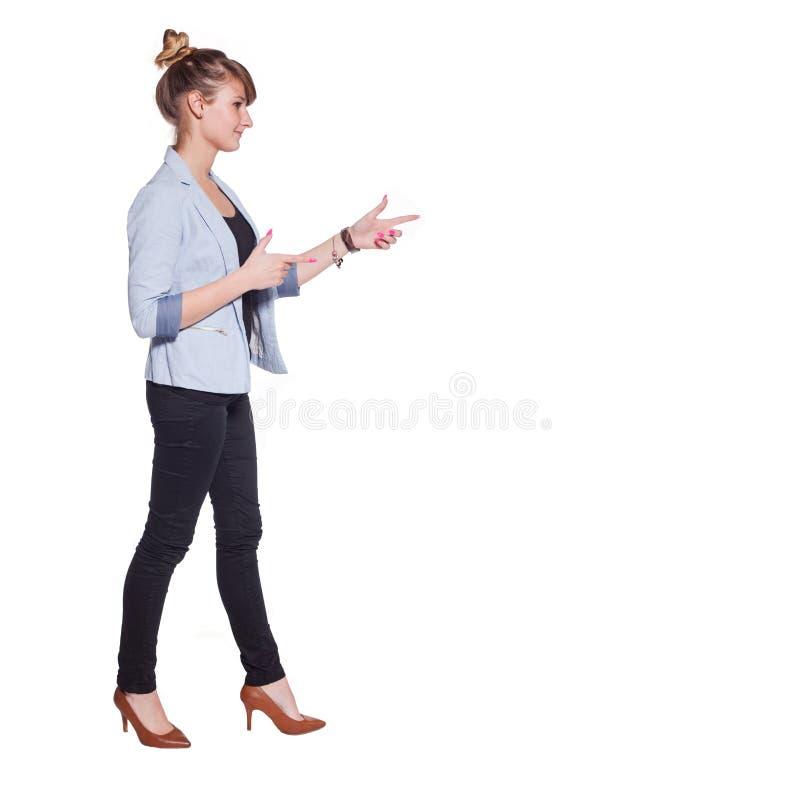 Mujer de negocios hermosa en vestido elegante que señala en el espacio de la copia foto de archivo libre de regalías