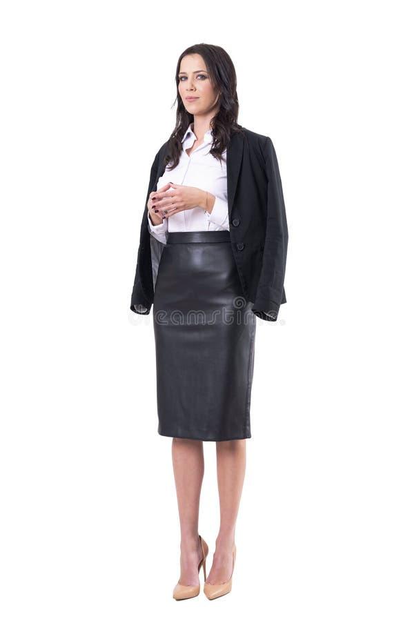Mujer de negocios hermosa formal con lanzar los fingeres de la capa con una honda y de la aguja en actitud de la negociaci?n imagen de archivo