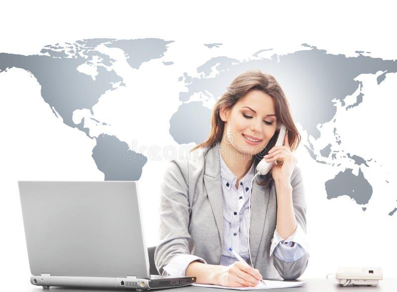 Mujer de negocios hermosa que contesta a llamadas internacionales imagen de archivo