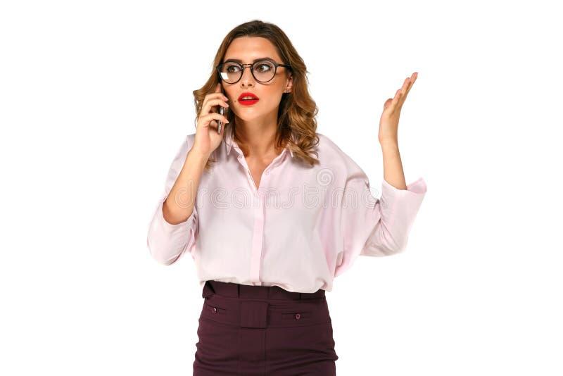 Mujer de negocios hermosa que habla en el smartphone fotografía de archivo libre de regalías