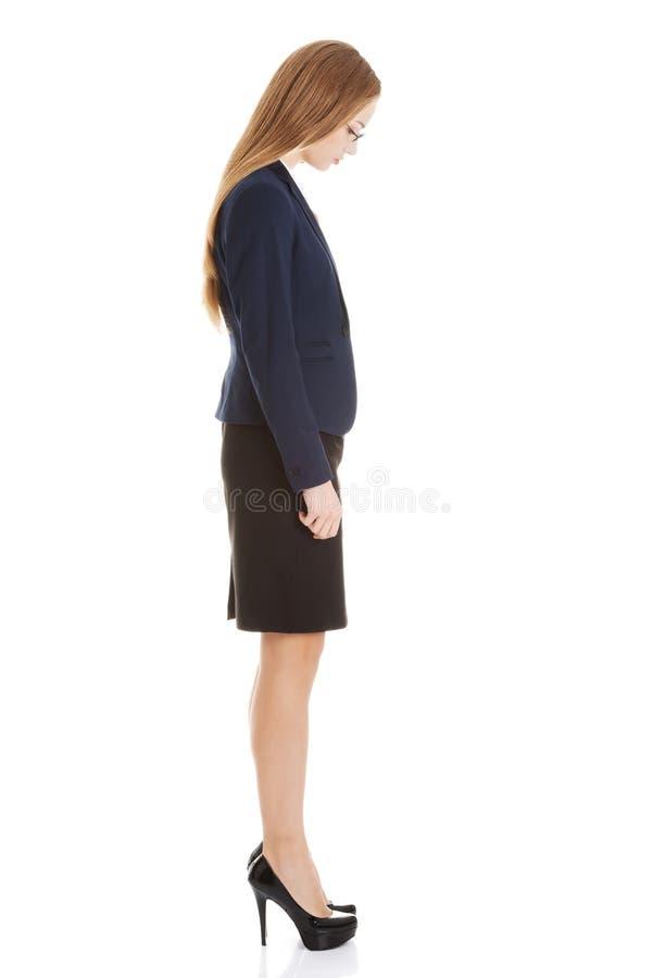 Mujer de negocios hermosa que mira abajo. Vista lateral. fotos de archivo