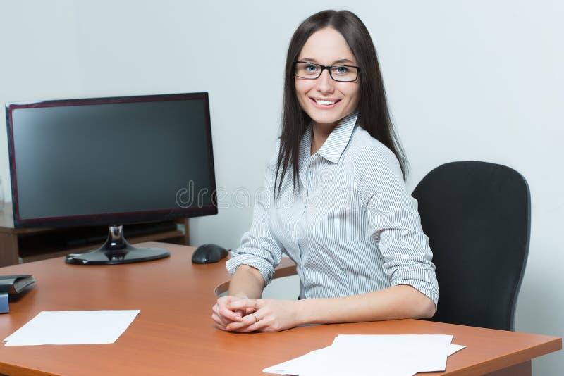 Mujer de negocios hermosa que sostiene un papel imagenes de archivo