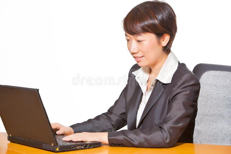 Mujer de negocios hermosa que trabaja en el ordenador imagen de archivo libre de regalías