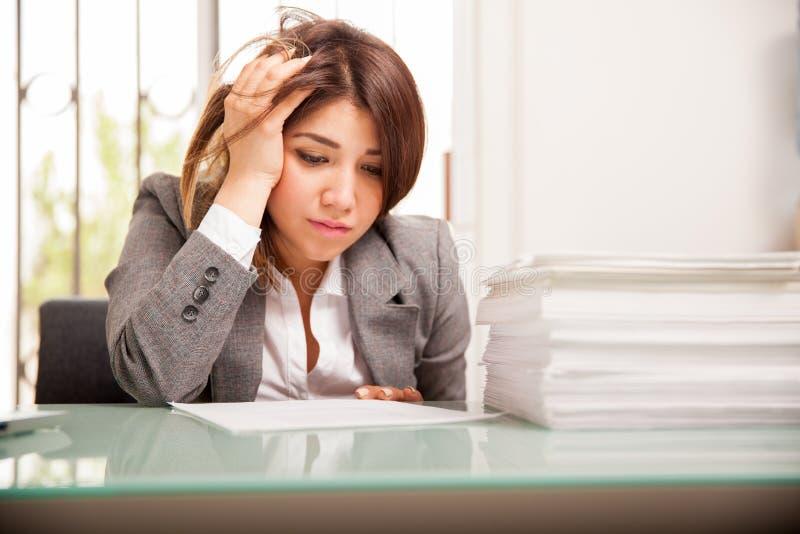 Mujer de negocios infeliz en el trabajo imagen de archivo libre de regalías