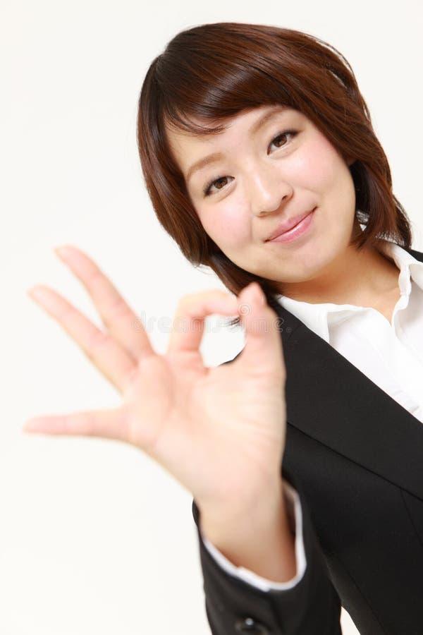 Mujer de negocios japonesa que muestra la muestra perfecta imágenes de archivo libres de regalías