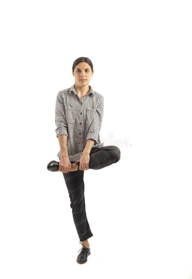 Mujer de negocios joven aislada en el fondo blanco que hace ejercicios fotografía de archivo libre de regalías
